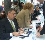 Enrique Dans signant llibres la Diada de Sant Jordi